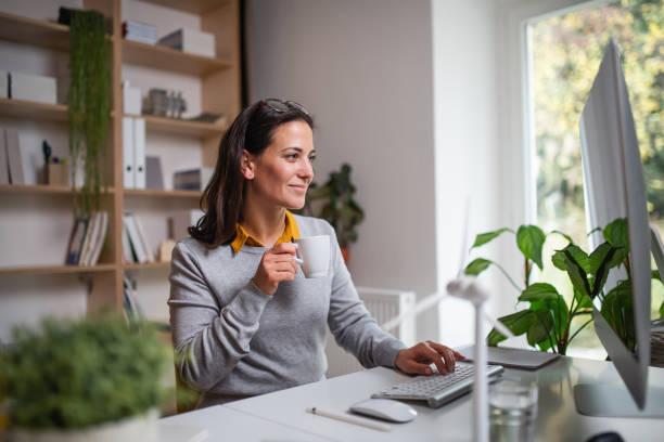 Attraktive Geschäftsfrau sitzt am Schreibtisch drinnen im Büro, arbeiten. – Foto
