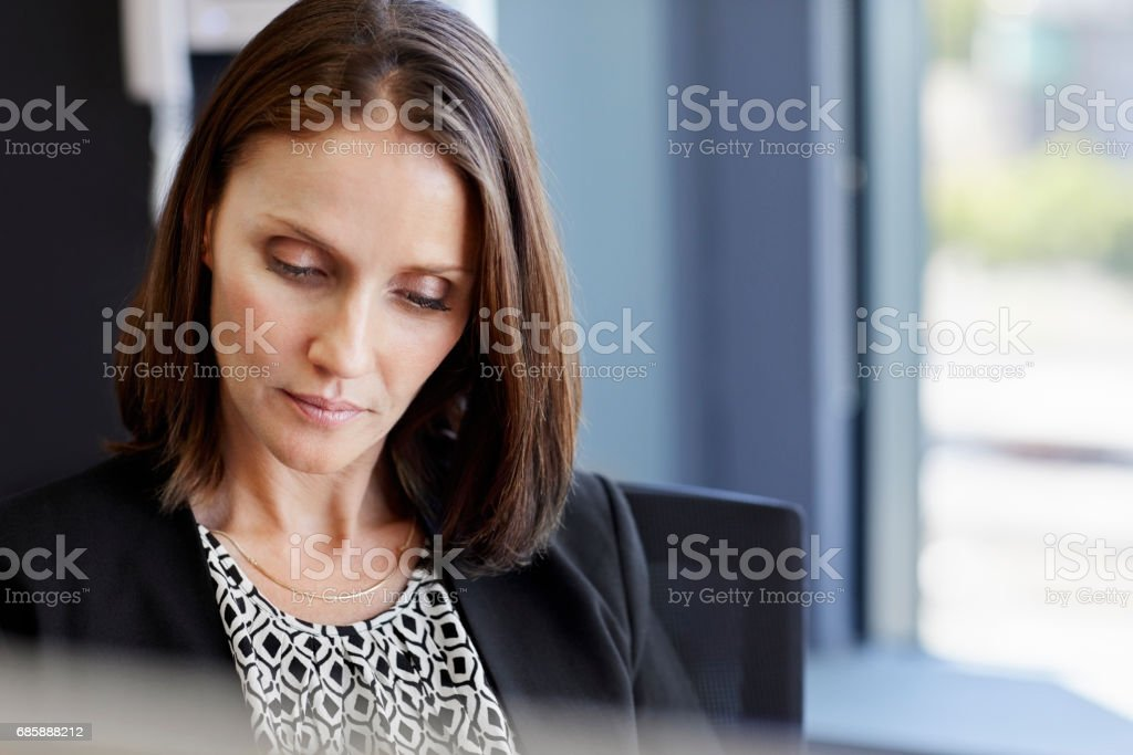 Attraktive Geschäftsfrau In Kreative Büro Sitzen Weibliche