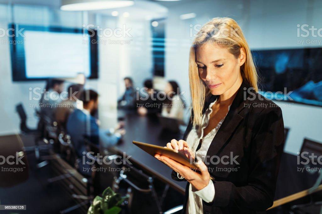 Femme d'affaires attrayant à l'aide de tablette numérique au bureau - Photo de Activités de week-end libre de droits