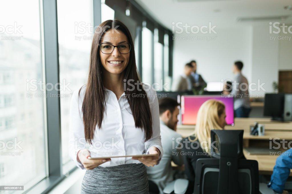 Attraktive Geschäftsfrau, die mit digital-Tablette in office – Foto