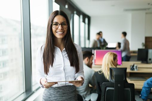 사무실에 디지털 태블릿을 사용 하 여 매력적인 사업가 Employee에 대한 스톡 사진 및 기타 이미지