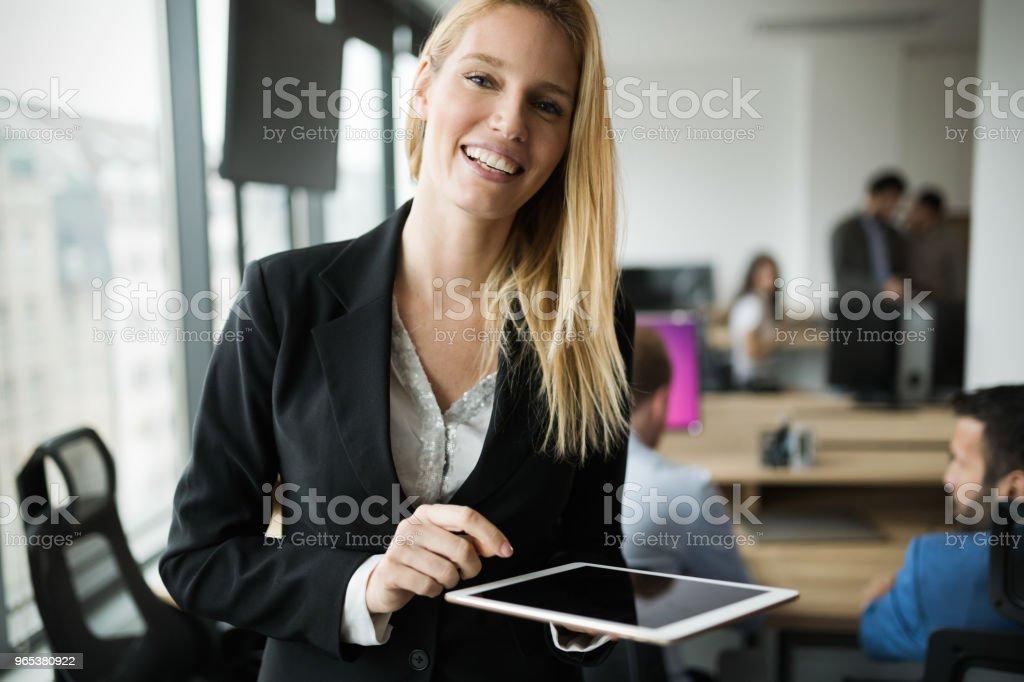 사무실에 디지털 태블릿을 사용 하 여 매력적인 사업가 - 로열티 프리 경영자 스톡 사진