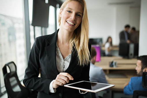 사무실에 디지털 태블릿을 사용 하 여 매력적인 사업가 경영자에 대한 스톡 사진 및 기타 이미지