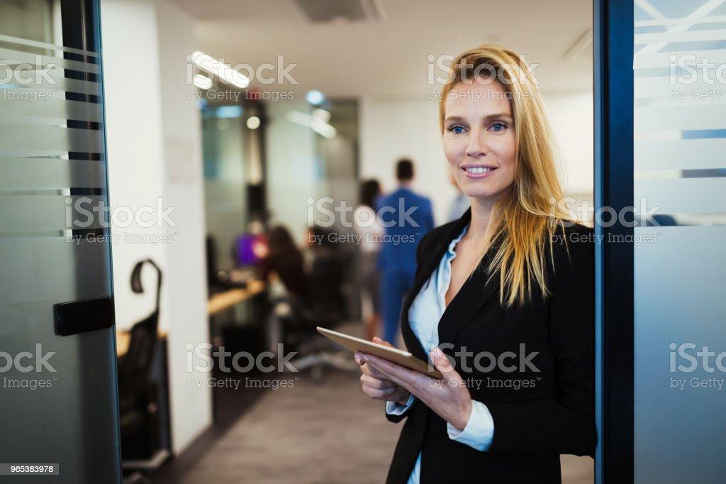 사무실에 디지털 태블릿을 사용 하 여 매력적인 사업가 - 로열티 프리 Employee 스톡 사진