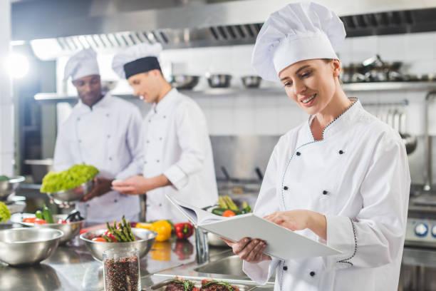çekici şef tarifi adlı lokanta mutfağı tarifi kitabında okuma - aşçı stok fotoğraflar ve resimler
