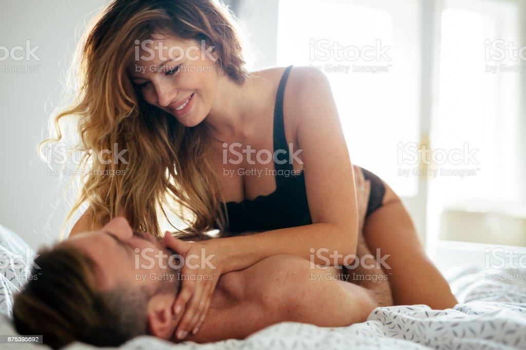 Attraktives paar intime Momente im Schlafzimmer – Foto