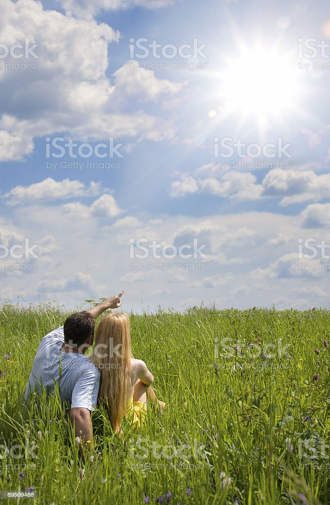 couple attrayant ensemble sur prairie photo libre de droits