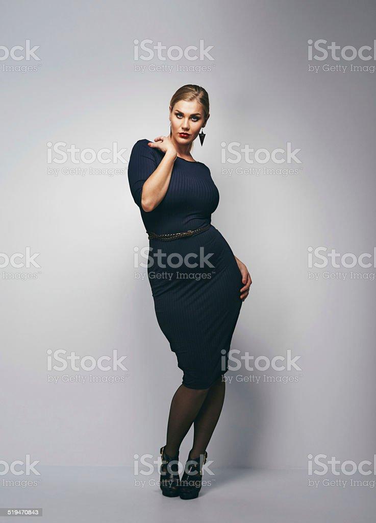 Schöne Kurvige Frau In Schwarzen Kleid Stock Fotografie Und Mehr