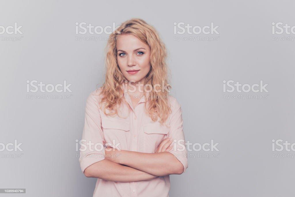 077ad7615 Atraente bonita cabelo encaracolado linda bonita menina loira vestindo  camisa casual com as mãos postas.