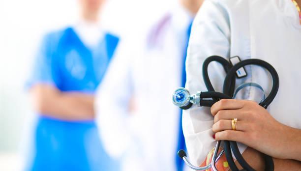 Attraktive Ärztin vor Praxisgemeinschaft – Foto