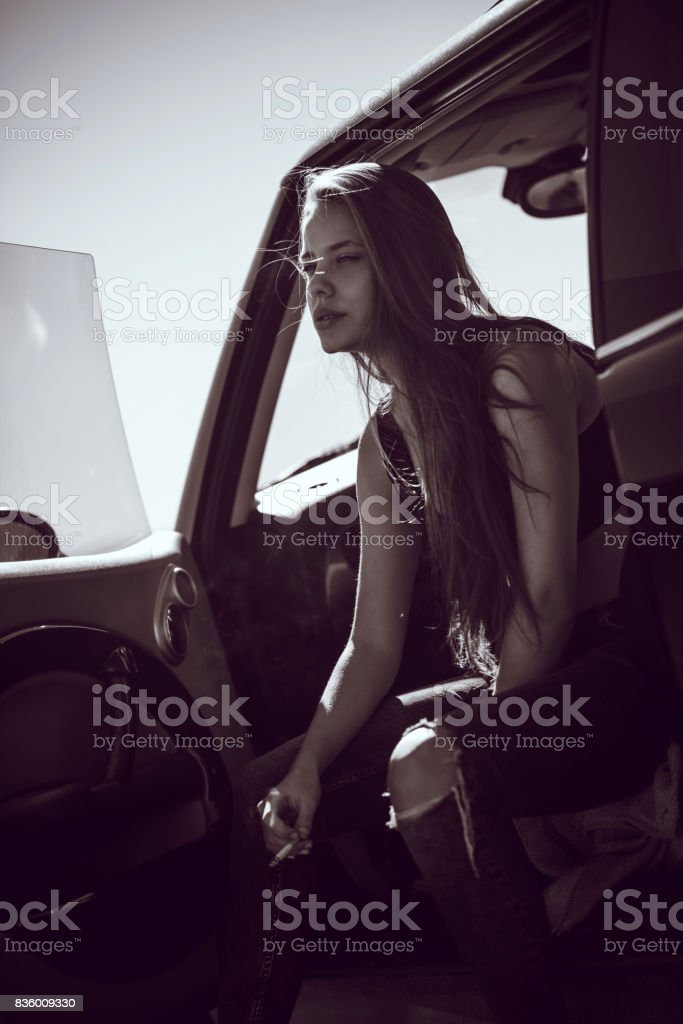 Détente femme séduisante dans la voiture et fumer Cigarette - Photo