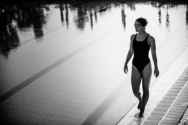 attraktive weibliche schwimmer zu fuß am pool - pool schritte stock-fotos und bilder
