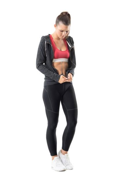 attraktive fit sportlerin zip up hoodie sweatshirt machen sie sich bereit für den betrieb. - zip hoodies stock-fotos und bilder