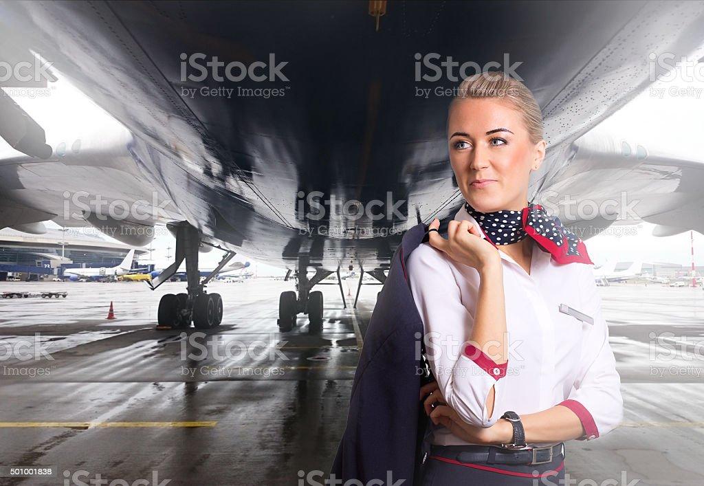 Schöne Stewardess Flugzeug in der Nähe des Flughafens. – Foto