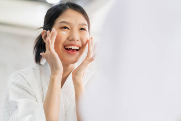 attraktive Frische asiatische Frau sauberes Gesicht frisches Wasser mit Sorgfalt Aussehen in Badezimmer zu Hause Hintergrund – Foto