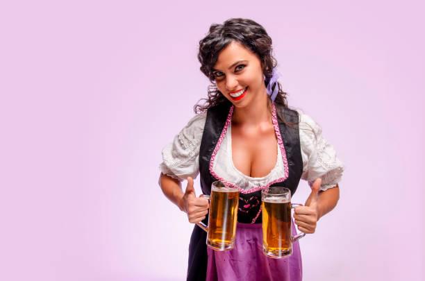 attraktives mädchen in dirndlrock mit zwei bierkrüge - bier kostüm stock-fotos und bilder