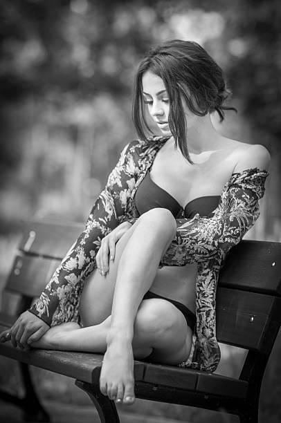 Attraktive Mädchen im Badeanzug auf einer Bank sitzend entspannt – Foto