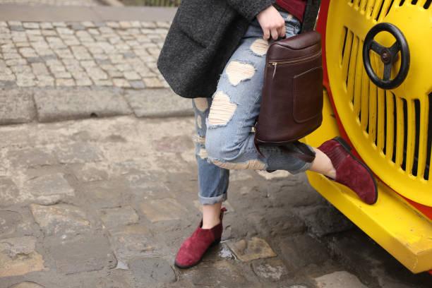 attraktives mädchen in zerrissenen jeans blau - modedetails stock-fotos und bilder