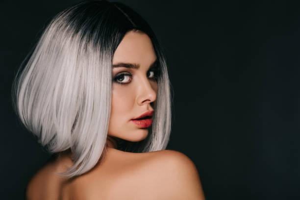 çekici kız siyah izole gri peruğu poz - kır saç stok fotoğraflar ve resimler