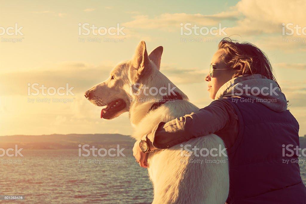 Attraktive Mädchen mit Ihrem Haustier Hund am Strand, colorised – Foto