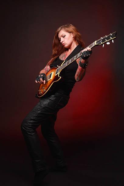 Jolie Fille Avec Beaucoup De Tatouages Jouant De La Guitare