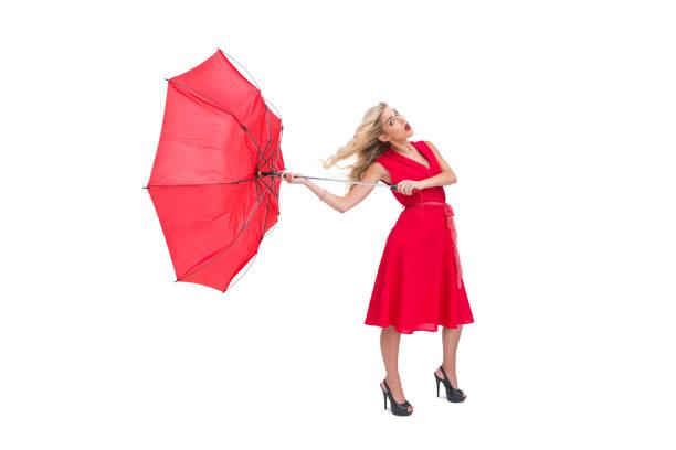 attraktive glamour frau hält einen gebrochenen schirm - wickelkleid lang stock-fotos und bilder