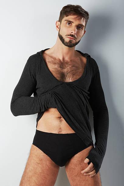 Attraktive Behaart Mann in schwarzer Unterwäsche hand auf der Brust – Foto