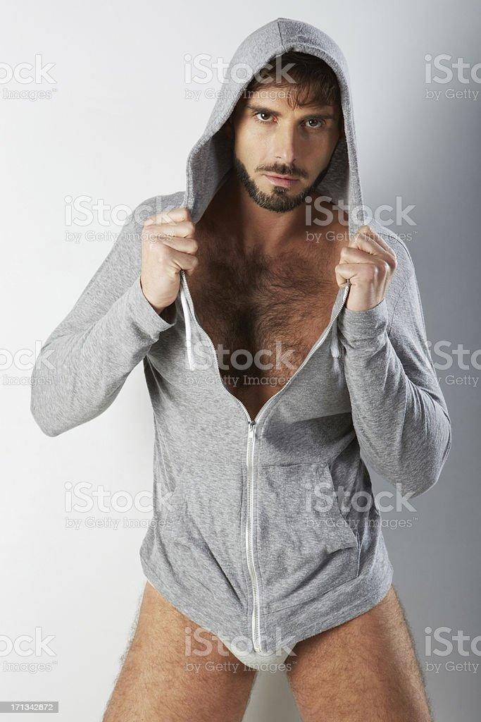 Attraktive Behaart Mann in Unterwäsche mit Hoodie hält – Foto