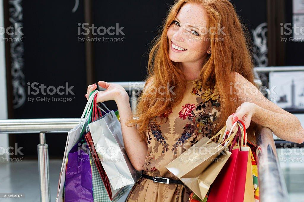 Belle fille heureuse sur shopping - Photo