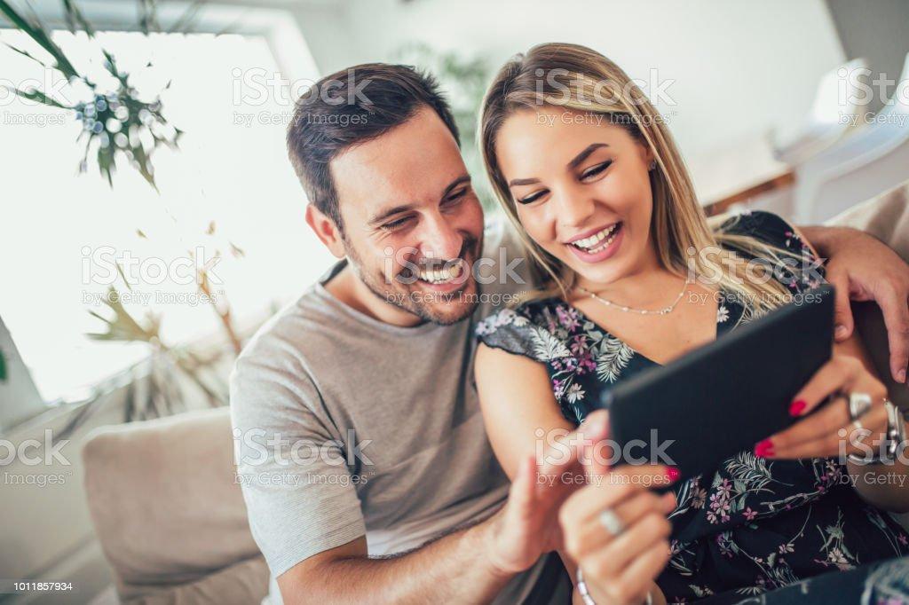 Atractiva pareja casada feliz con tableta digital en el país. - foto de stock