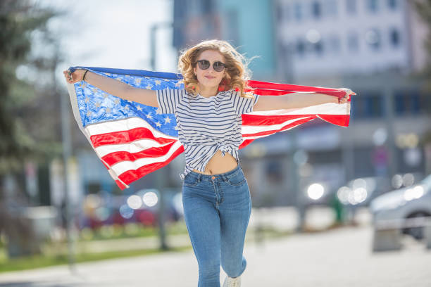 attractive happy young girl with the flag of the united states of america - family 4th of july zdjęcia i obrazy z banku zdjęć