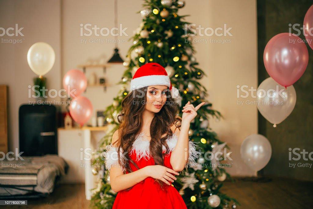 hot sale online eb64f c0796 Attraktive Dame In Einen Weihnachtsmannneujahrs Kostüm Ein ...