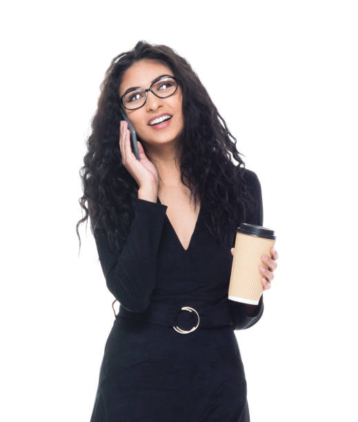Attraktive Latino-Geschäftsfrau hält Kaffee und Smartphone – Foto