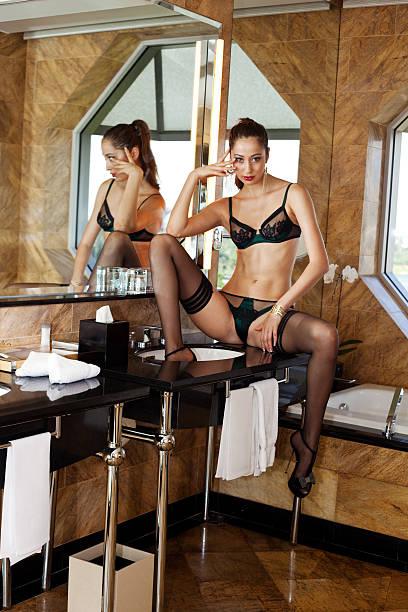 atractivas moda modelo en lencería - piernas abiertas mujer fotografías e imágenes de stock