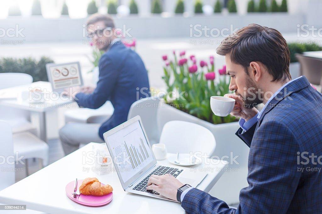 Atraente homem gerente trabalhando no computador foto royalty-free