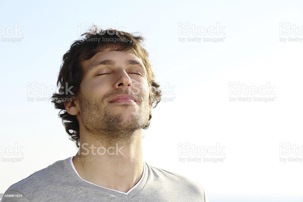 Homem atraente respiração ao ar livre foto royalty-free