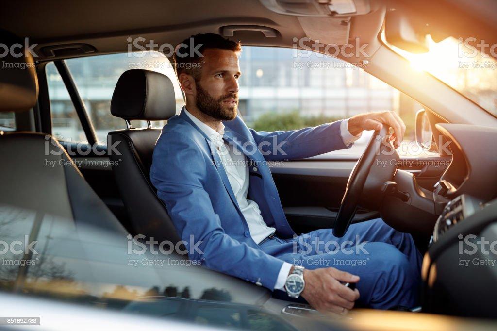 Attraktiver Mann im Anzug, Auto zu fahren – Foto