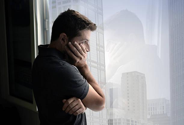Attraktive Mann schaut durch Fenster und Depressionen leiden emotionalen Krise – Foto