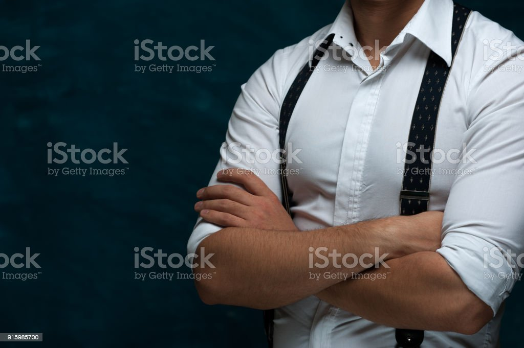 Homme séduisant posant sur fond foncé - Photo