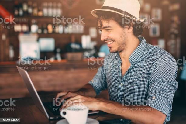 Attraktiver Mann Mit Einem Laptop Im Café Stockfoto und mehr Bilder von Arbeiten