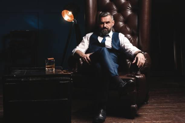 Attraktiver Mann mit Zigarre und Glas-Whiskey – Foto