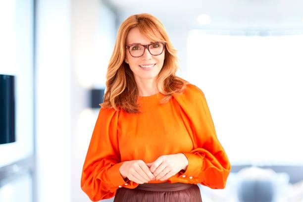 Attraktive reife Geschäftsfrau Porträt, während im Büro stehen – Foto