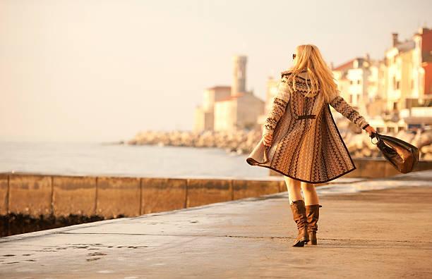 attraktive reife frau in woolen clothings zu fuß - mode herbst 2015 stock-fotos und bilder