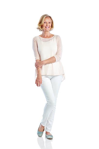 atraente mulher madura posando em branco - moda profissional informal - fotografias e filmes do acervo