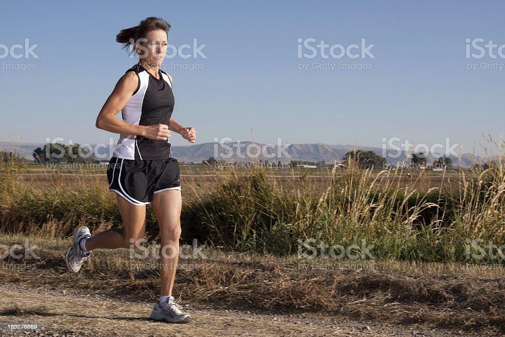 Attraktive Reife Frau läuft im Freien – Foto