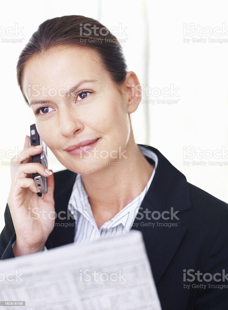 Attraktive mid Erwachsene Frau mit cellphone business – Foto