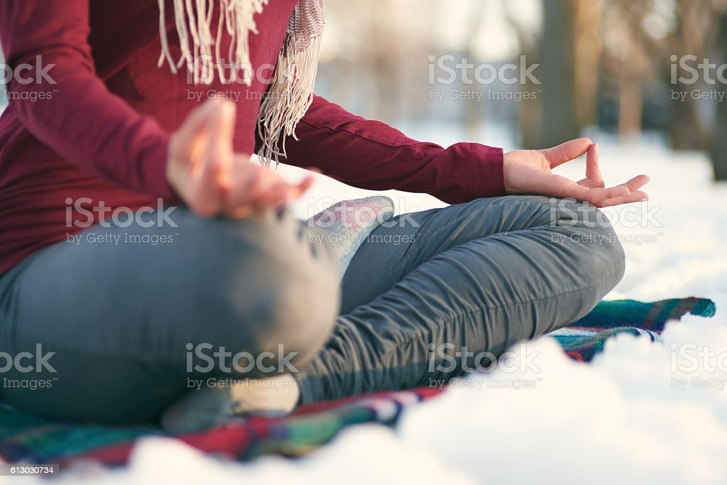 Attractive mixed race woman doing yoga in nature at winter – Foto