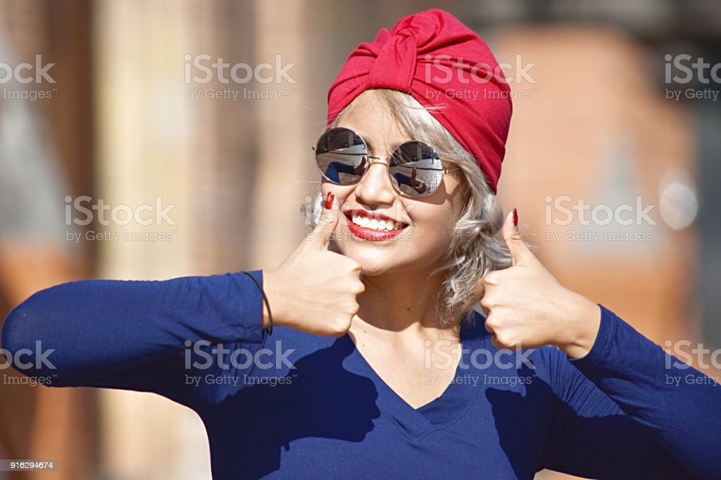 Atractiva mujer musulmana con los pulgares para arriba - foto de stock