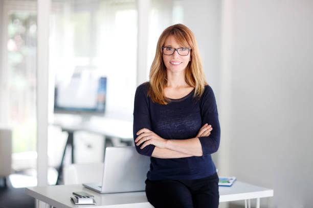 jolie femme professionnelle au bureau - directrice photos et images de collection