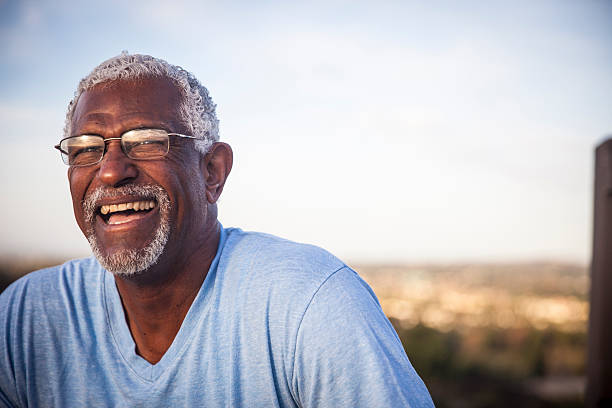 attractive senior black man outdoor portrait - animado - fotografias e filmes do acervo
